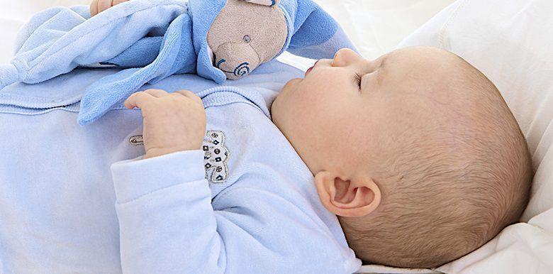 Mon bébé sursaute quand il dort : le réflexe de Moro