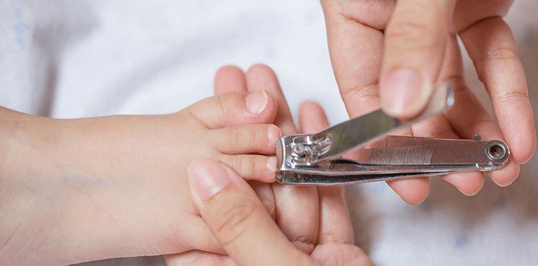 Couper les ongles et cheveux de bébé