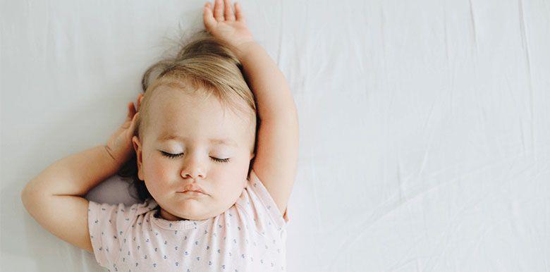 Aider bébé à dormir quand il fait chaud