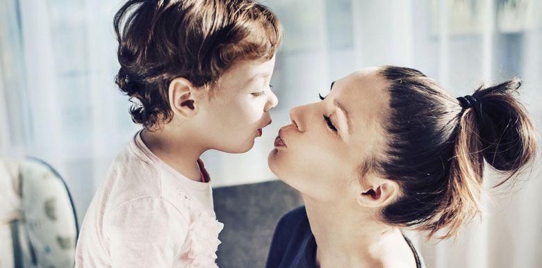 Embrasser son enfant sur la bouche, pour ou contre ?