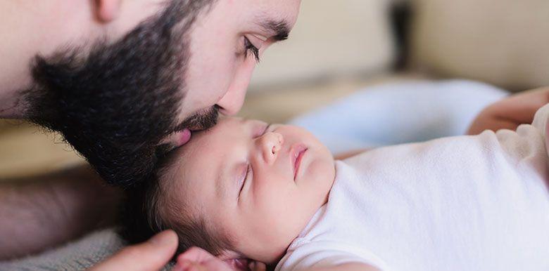 Papa : comment trouver sa place durant le séjour à la maternité ?