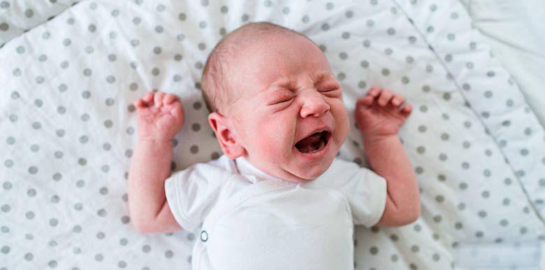 Bébé pleure dans son lit : que faire solutions cododo sommeil nuit