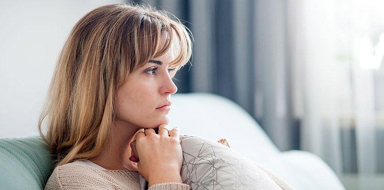 Femme songeuse en pleine réflexion