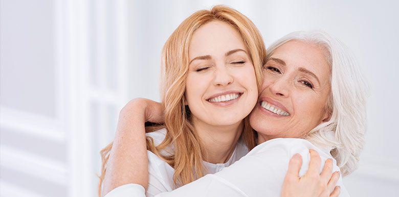 Une femme et sa mère se prennet dans les bras