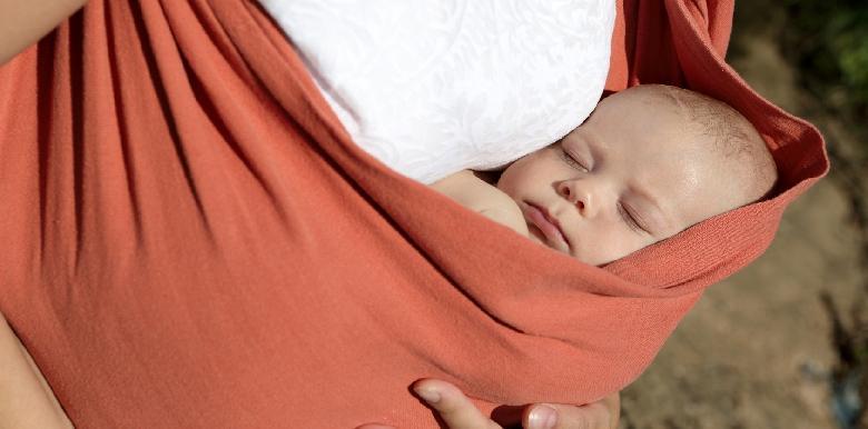 3 bonnes raisons de porter son bébé